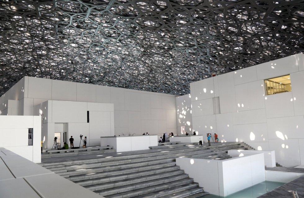 """Interior de uma das salas do museu Louvre de Abu Dhabi. Apelidado como """"o primeiro museu universal do mundo árabe"""", se situa na baixa Saadiyat Island, um centro de turismo e cultura em desenvolvimento a 500 metros da costa da capital dos Emirados Árabes Unidos."""