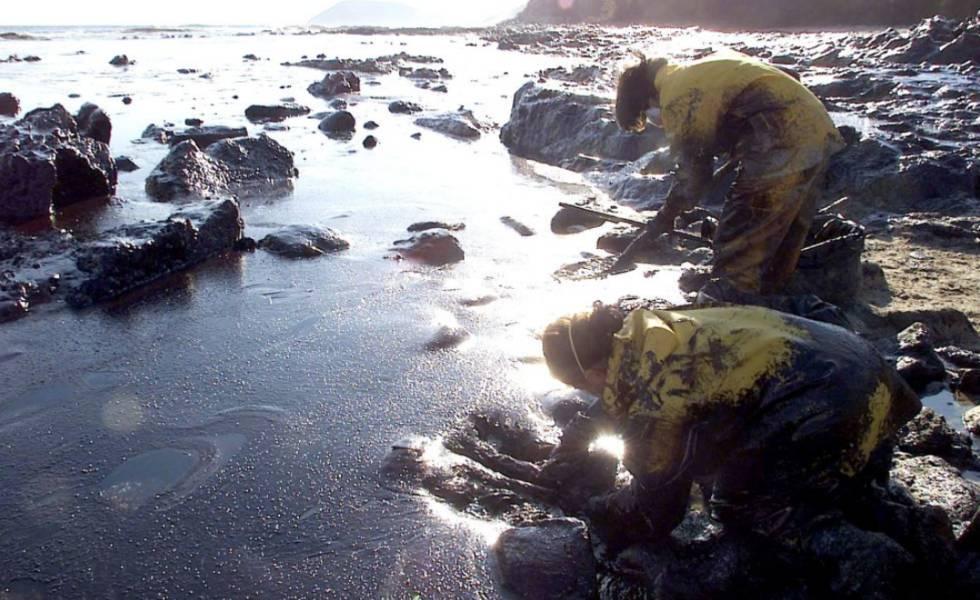 Grandes porções da costa da Galícia foram afetadas pelo vazamento.