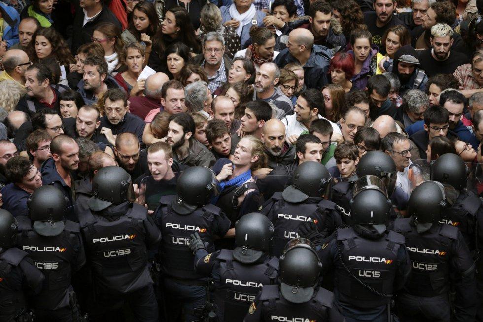 Agentes antidistúrbios da Policial Nacional formam um cordão de segurança nos arredores do colégio Ramón Llull de Barcelona, onde haveria votação.