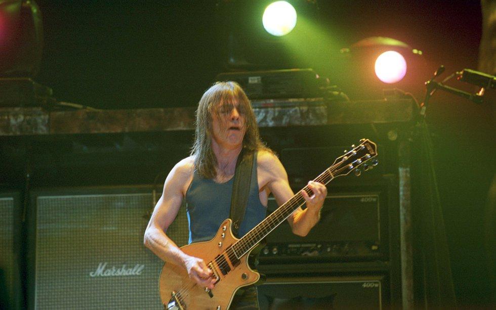 Malcolm Young toca a guitarra Gretsch G6131 em Sydney, em 2001.