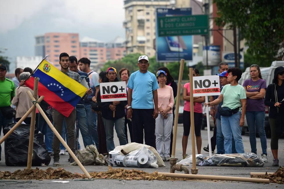 Opositores bloqueiam uma rua em Caracas nesta terça-feira.