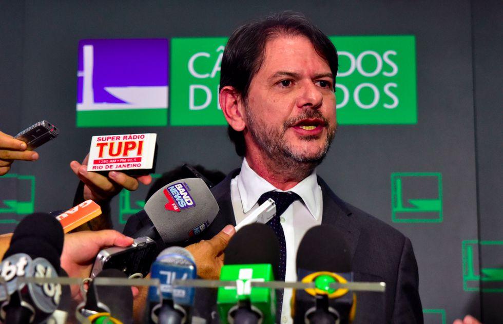 Cid Gomes fala aos jornalistas após apresentar denúncia contra Michel Temer.