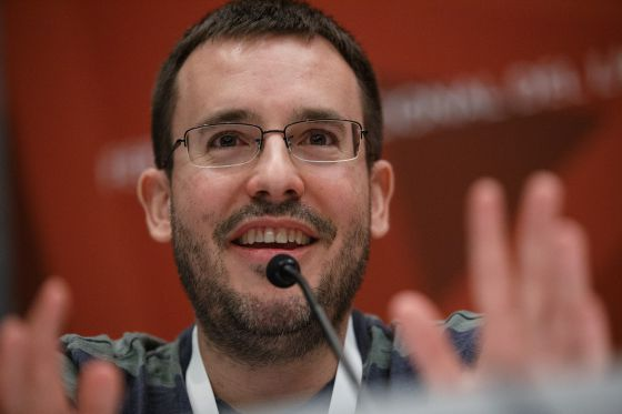 O escritor Antonio Prata, aplaudido pelo público de um dos debates do 'Destinação Brasil'.