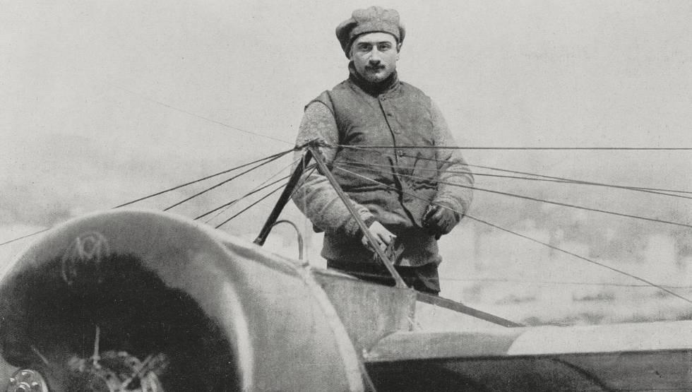 Roland Garros fotografado em 1913, no avião com o qual cruzou o Mediterrâneo.