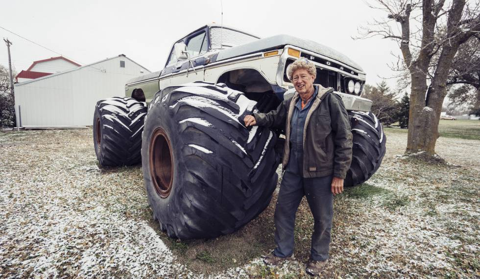 O agricultor Cecil com seu trator em Lebanon (Kansas).