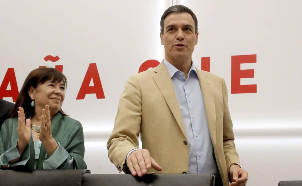 O presidente do Governo Pedro Sánchez, junto à presidente do PSOE, Cristina Narbona, em reunião nesta segunda-feira