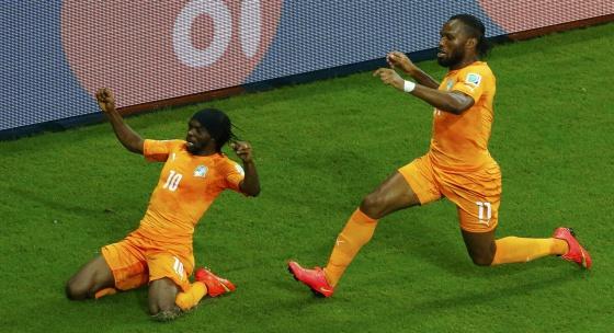 Gervinho e Drogba comemoram o gol da vitória.