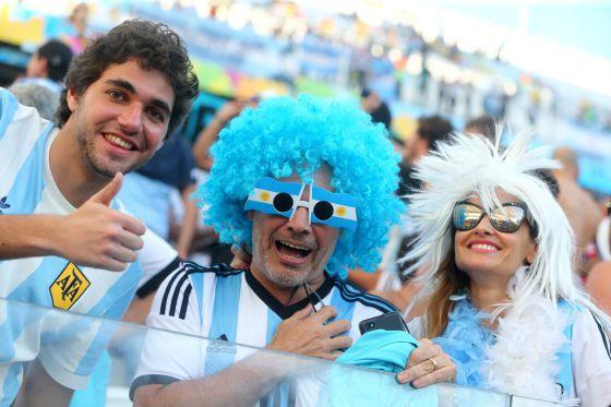 Torcedores argentinos apoiam sua seleção durante o jogo contra a Suíça.