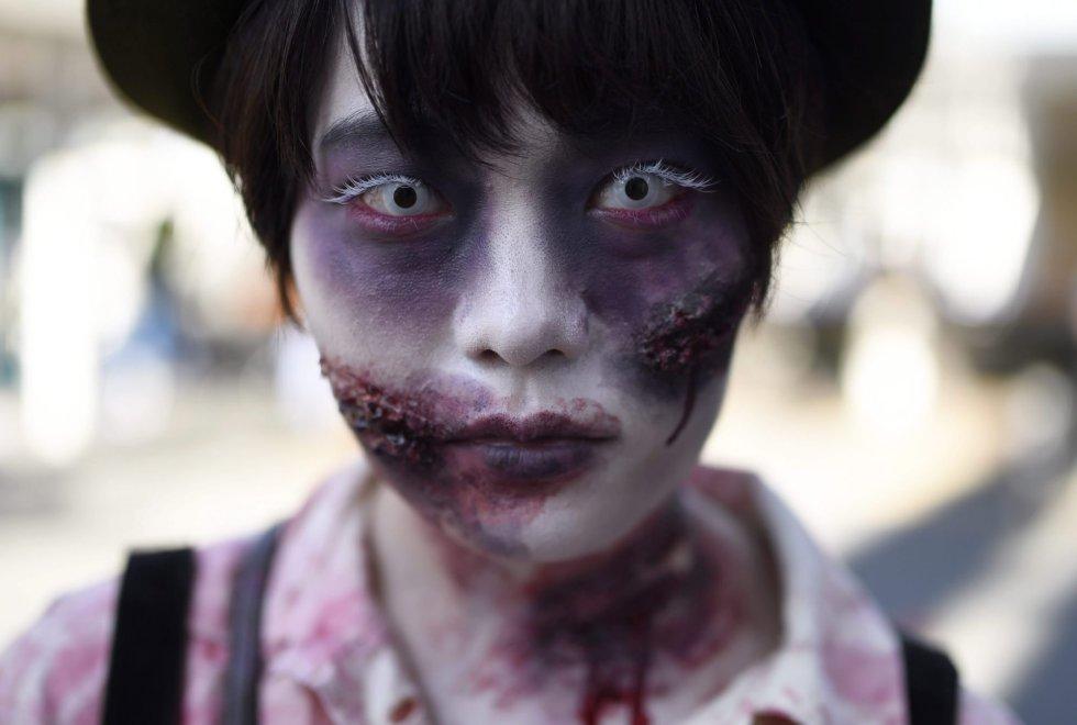 A foto foi tirada em desfile de Halloween no bairro de Kawasaki em Tóquio, ao que compareceram milhares de pessoas disfarçadas de mortos-vivos e de outros personagens de ficção. Veja as fantasias mais assustadoras.