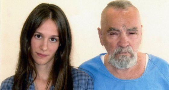 Charles Manson junto a sua noiva Afton Elain Burton.