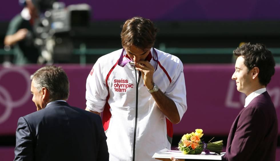 Federer beija a medalha de prata nos Jogos de Londres 2012.