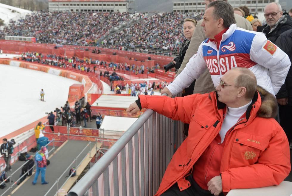 Putin (de vermelho) durante os Jogos de Sochi 2014.