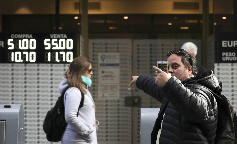Os argentinos, atentos à cotação do dólar.