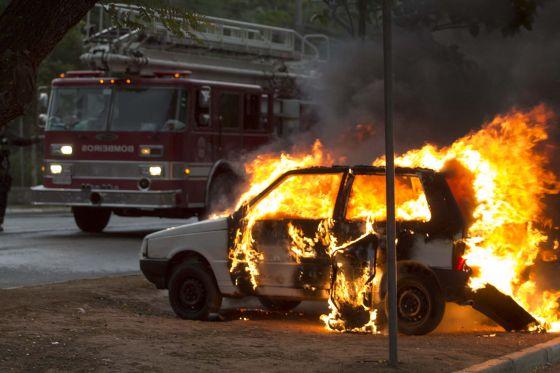 Carro incendiado na zona norte de São Paulo.