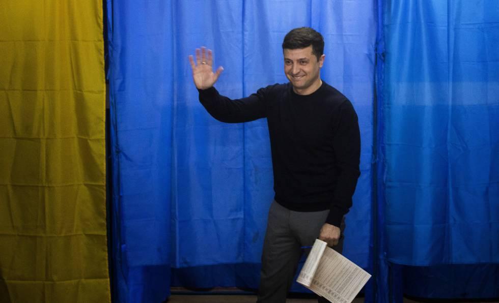 Volodymyr Zelenskiy saúda aos meios, neste domingo em um colégio eleitoral de Kiev.