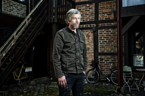 O escritor norueguês Karl Ove Knaugåard, em abril em Ystad.