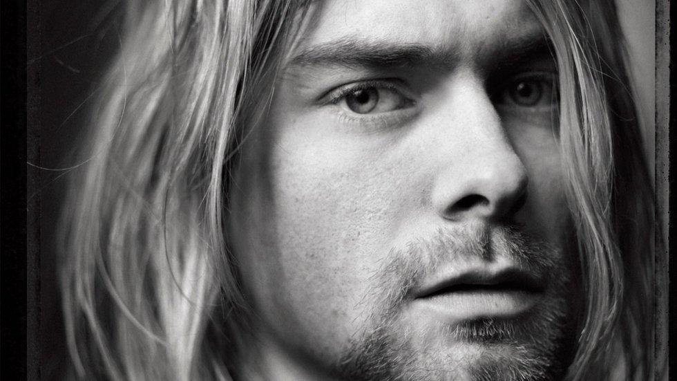 Foi o líder de toda uma geração 'grounge', esteve à frente do Nirvana –uma das bandas mais influentes nos anos noventa, com a qual vendeu perto de 95 milhões de discos–, casou-se com Courtney Love, teve uma filha, se envolveu com as drogas e não conseguiu lidar com o mundo que o rodeava. Kurt Coban se suicidou em 1994, aos 27 anos, e de sua morte nasceram um mito e dezenas de teorias conspiratórias que resgatam seu nome e lenda há 22 anos. O único documentário autorizado até a data, 'Cobain: Montage of Heck', o retrata como um ser humano hipercomplexo que ninguém soube muito bem como tratar. No 22º aniversário de sua morte, fazemos um retrospecto em imagens de sua trajetória pessoal e profissional.