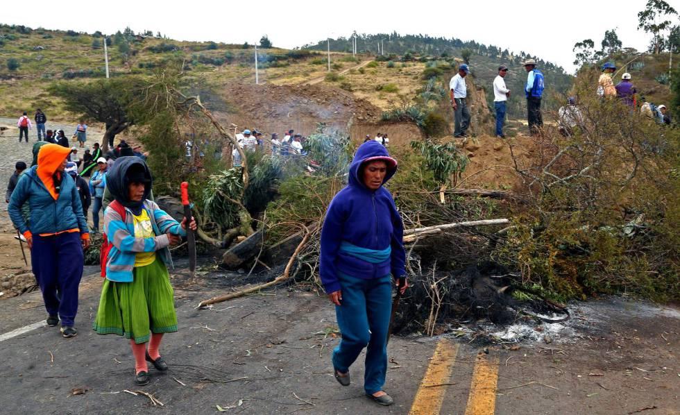 Grupo de indígenas bloqueia uma estrada em ato de protesto.