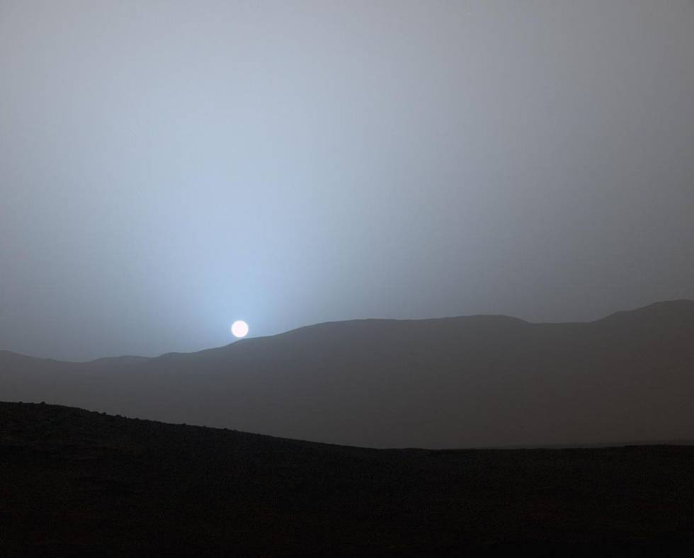 Imagem de um pôr-do-sol a partir da cratera Gale feita pela 'Curiosity'.