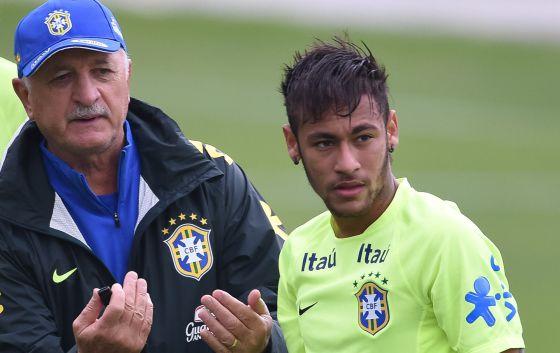 Scolari dá instruções para Neymar.