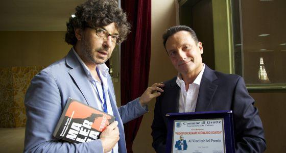 Giuseppe Grassonelli, à direita, segura o prêmio. Junto a ele, Carmelo Sardo.