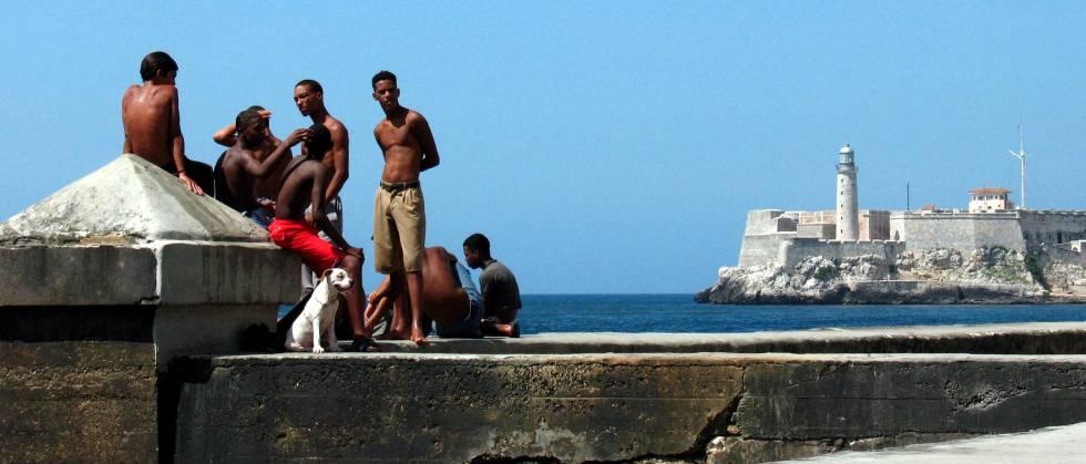 Jovens no Malecón de Havana.