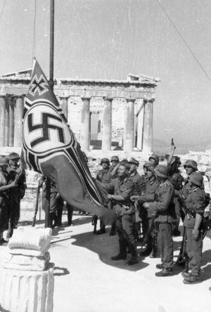 Hasteamento da suástica na Acrópole em 1941.