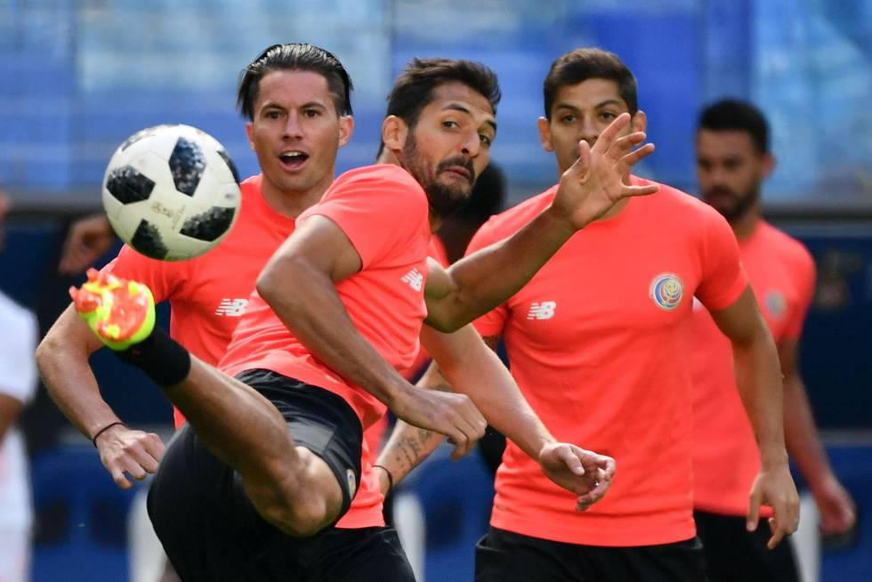 Meio-campista Celso Borges, da seleção da Costa Rica, controla a bola durante treino.