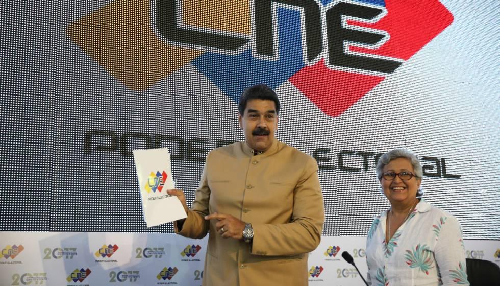 Nicolás Maduro, com a presidente do Conselho Nacional Eleitoral, Tibisay Lucena, na segunda-feira.