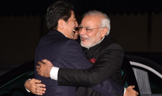 O abraço entre o primeiro-ministro japonês e seu homólogo indiano.