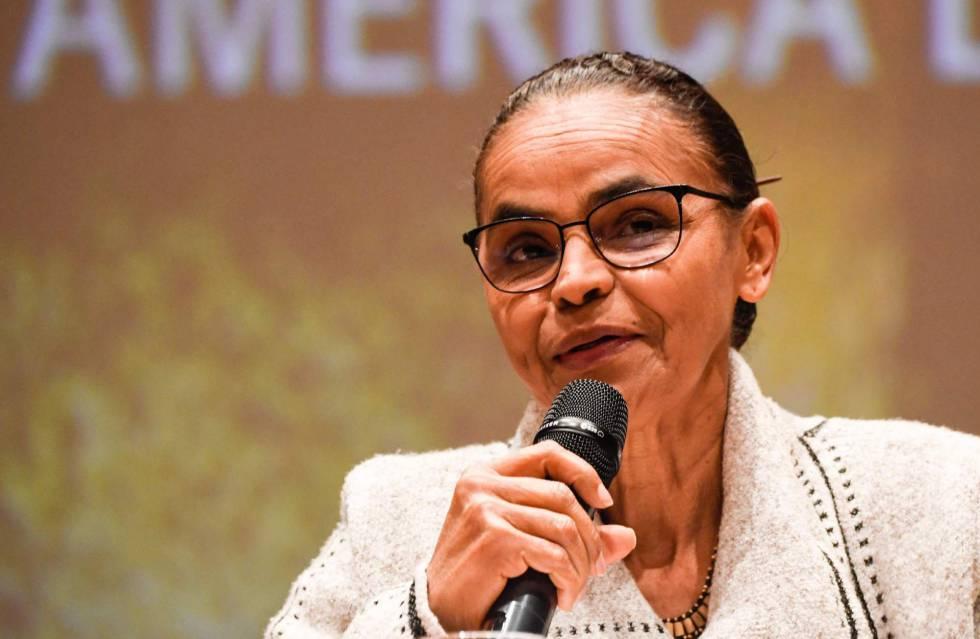 Marina Silva discursa em conferência na Universidade de Bogotá, nesta quinta.