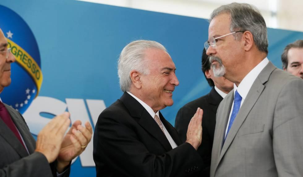 Michel Temer cumprimenta Raul Jungmann no dia de sua posse como ministro da Segurança Pública, em fevereiro deste ano.