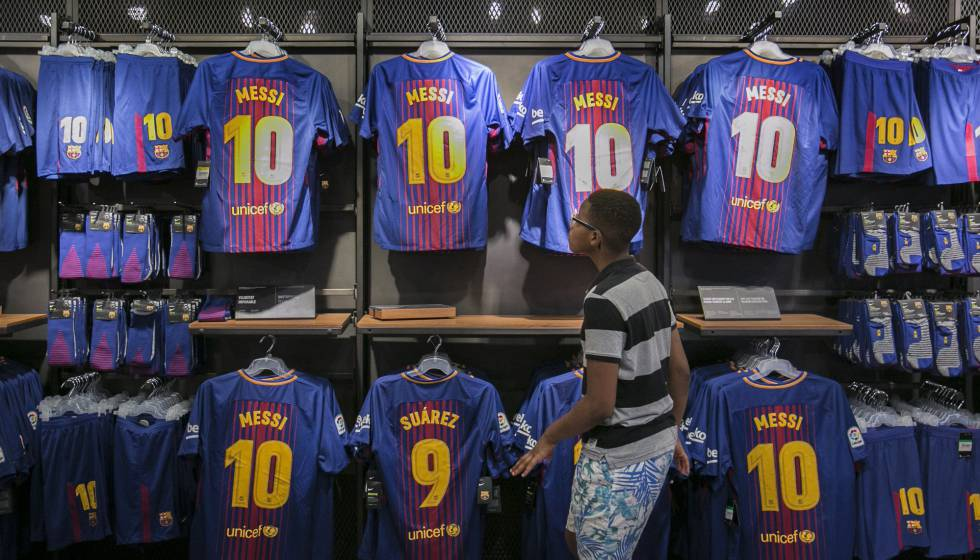 Camisas de Messi e Luis Suárez, na loja do FCB no Camp Nou
