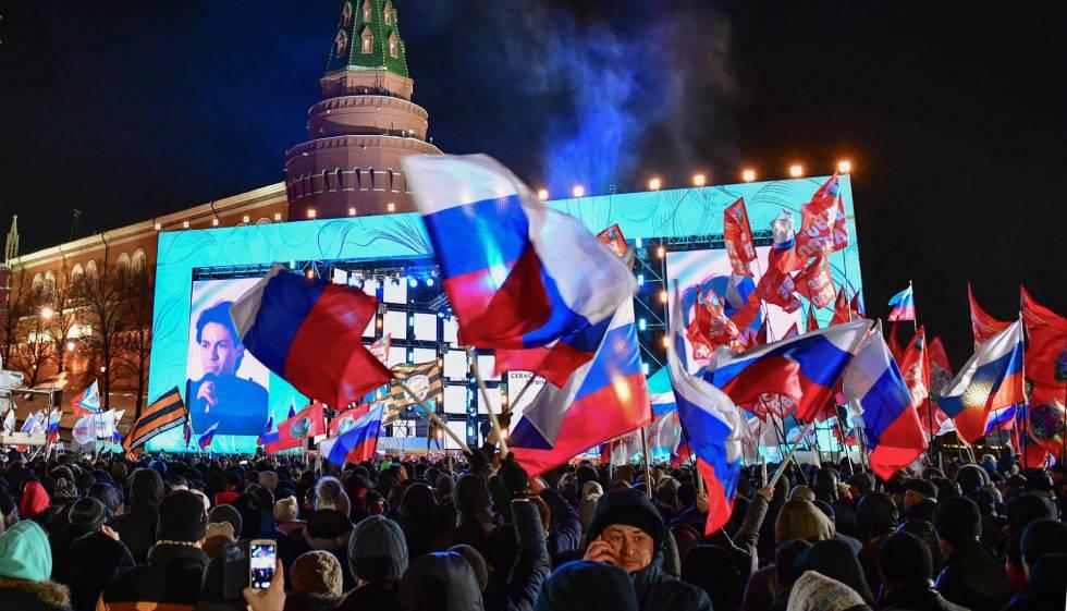 Centenas de partidários de Putin comemoram em Moscou o anúncio dos resultados provisórios, neste domingo.