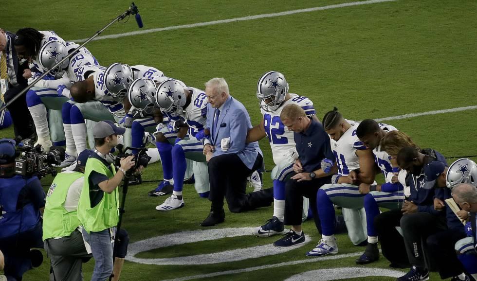 Os Dallas Cowboys, incluído seu proprietário Jerry Jones, ajoelham-se antes do hino norte-americano em seu último partido
