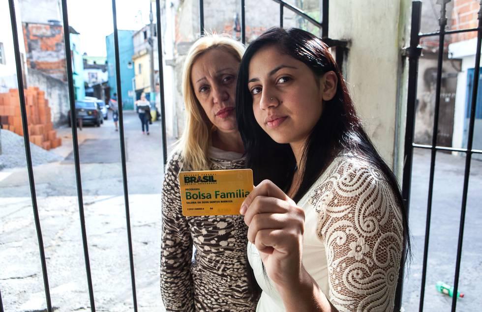 Valéria da Silva junto a filha Gabriela, beneficiárias do Bolsa Família.