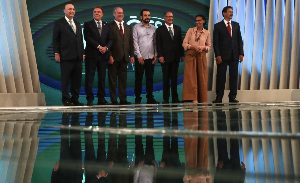Os candidatos posam para fotos antes do debate na Globo.