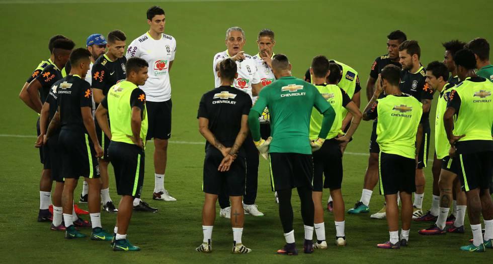 Tite orienta jogadores em treino da seleção.