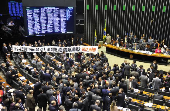 Faixa de protesto no plenário.