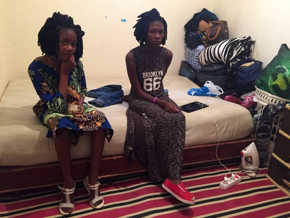 As irmãs Divine (11 anos) e Gloria Kisaka (14), de Mali, na casa onde moram, em Rabat.