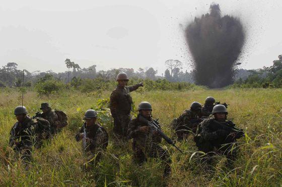 Soldados destroem uma pista usada pelo tráfico no Peru.