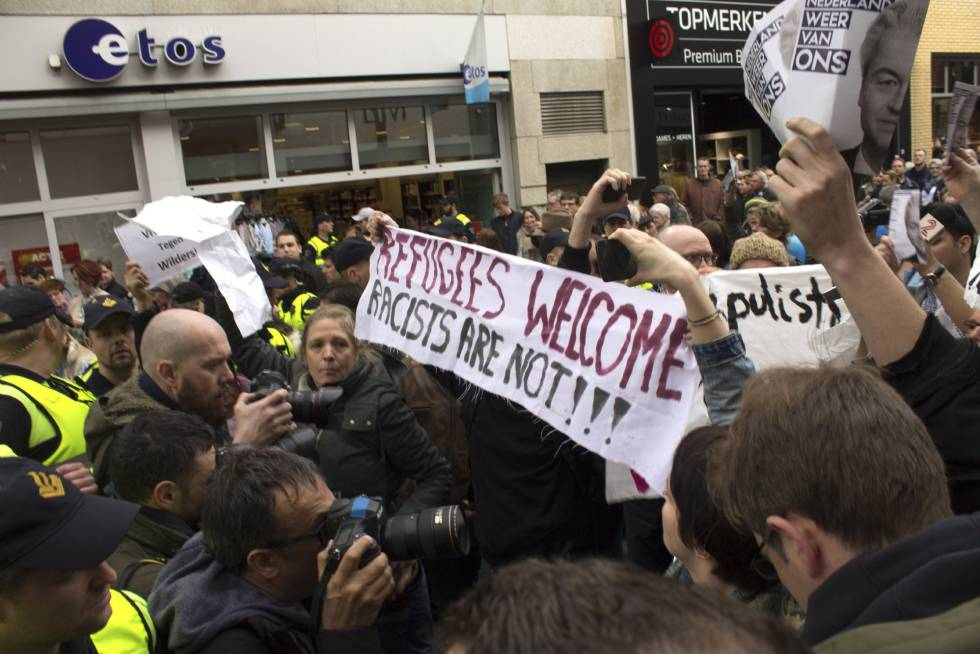 Um grupo de jovens manifesta-se contra a visita do líder ultraderechista Geert Wilders a Heerlen.