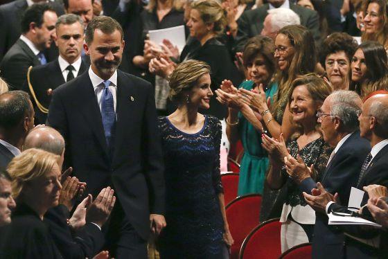 O casal real chega para a cerimônia de entrega dos Prêmios Príncipes das Astúrias.