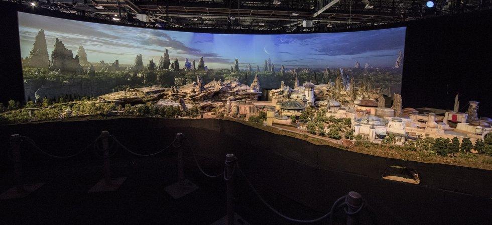 Esta é a maquete completa da gigantesca atração Star Wars. Serão construídas duas delas, nos parques da Disney na Califórnia e na Flórida. Ocupa 5,6 hectares e é a maior ampliação já feita nos parques.