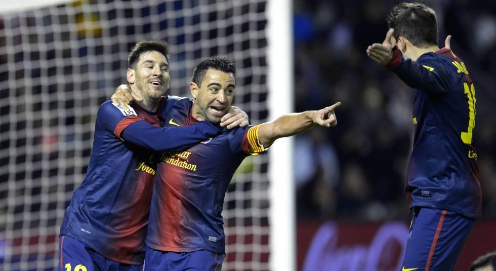 Messi e Xavi se abraçam na comemoração de um gol em 2012.