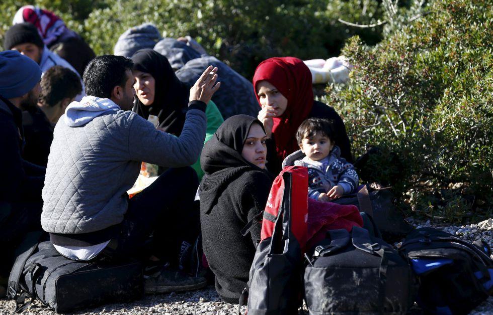 Refugiadas sírias esperam na praia da cidade turca de Dikili a oportunidade de embarcar para a Grécia.