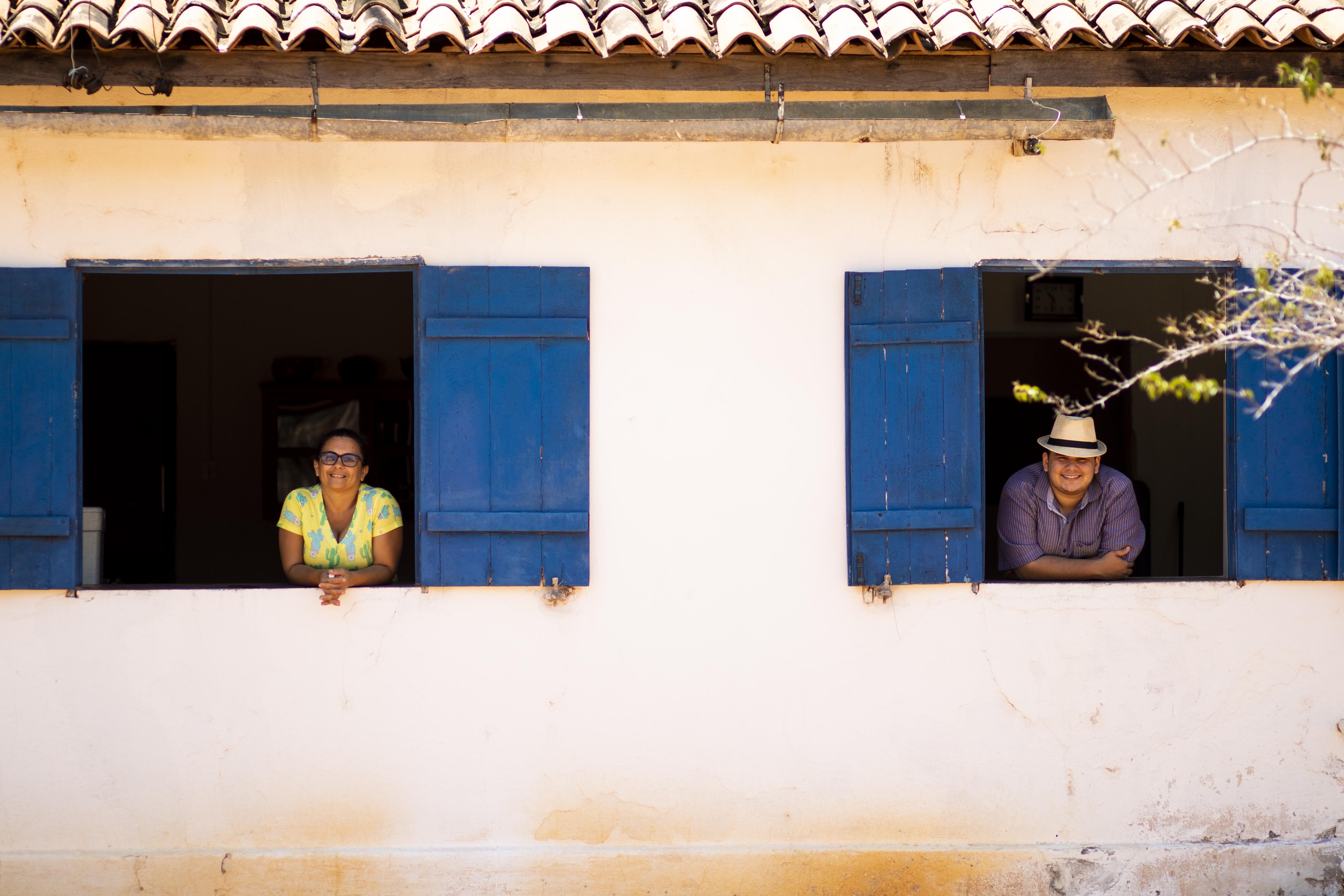 Nize Pereira Tavares e o filho esperam visitantes na fazenda Não Me Deixes.