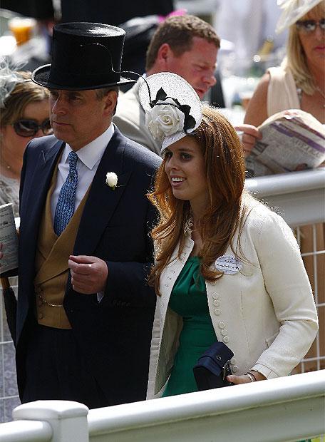 Andrés, el segundo hijo varón de la reina, ha acudido a la cita de Asctot junto a su hija Beatrice.