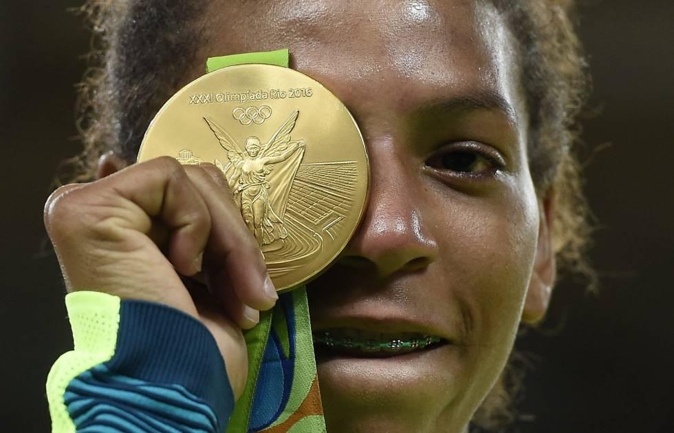 Rafaela Silva exibe sua medalha.