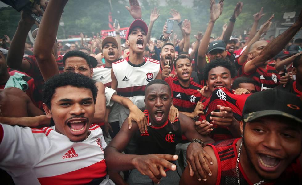 Torcedores do Flamengo se despedem do time no Rio de Janeiro.
